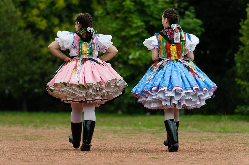 71268c4eea A nagylányok 12-15 erősen kikeményített alsó szoknyát vettek fel az ünnepek  alkalmával, ez a szám koruk előrehaladtával egyre csökkent.